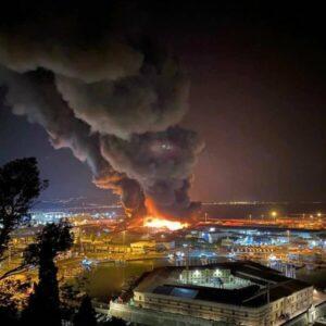 Incendio al porto di Ancona. Resta il fumo. Scuole, parchi e strutture sportive chiuse